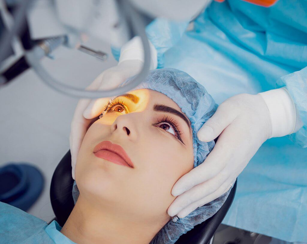 Lézeres szemműtét - Lány a lézer alatt